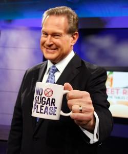 """Der Endokrinologe Robert Lustig hält eine Tasse mit der Aufschrift """"No sugar please""""."""