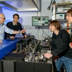 Stefan Hell (li.) und sein Team optimieren ihr MINFLUX Fluoreszenzmikroskop. Quelle/Rechte: MPI für biophysikalische Chemie, Göttingen