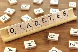 Wort Diabetes auf Holztäfelchen.