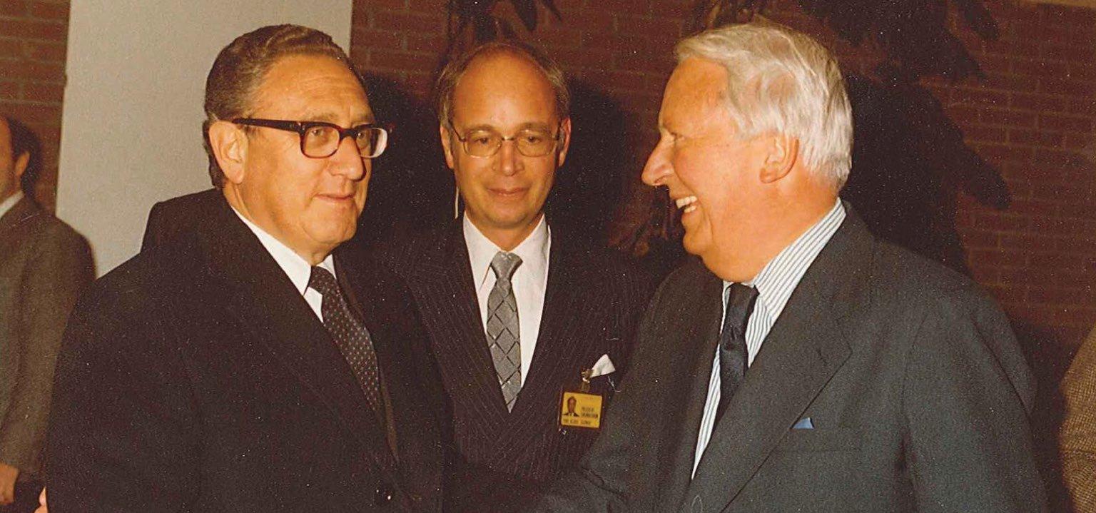 Henry Kissinger und sein ehemaliger Schüler, Klaus Schwab, begrüßen den ehemaligen britischen Premierminister Ted Heath beim WEF-Jahrestreffen 1980. Quelle: Weltwirtschaftsforum